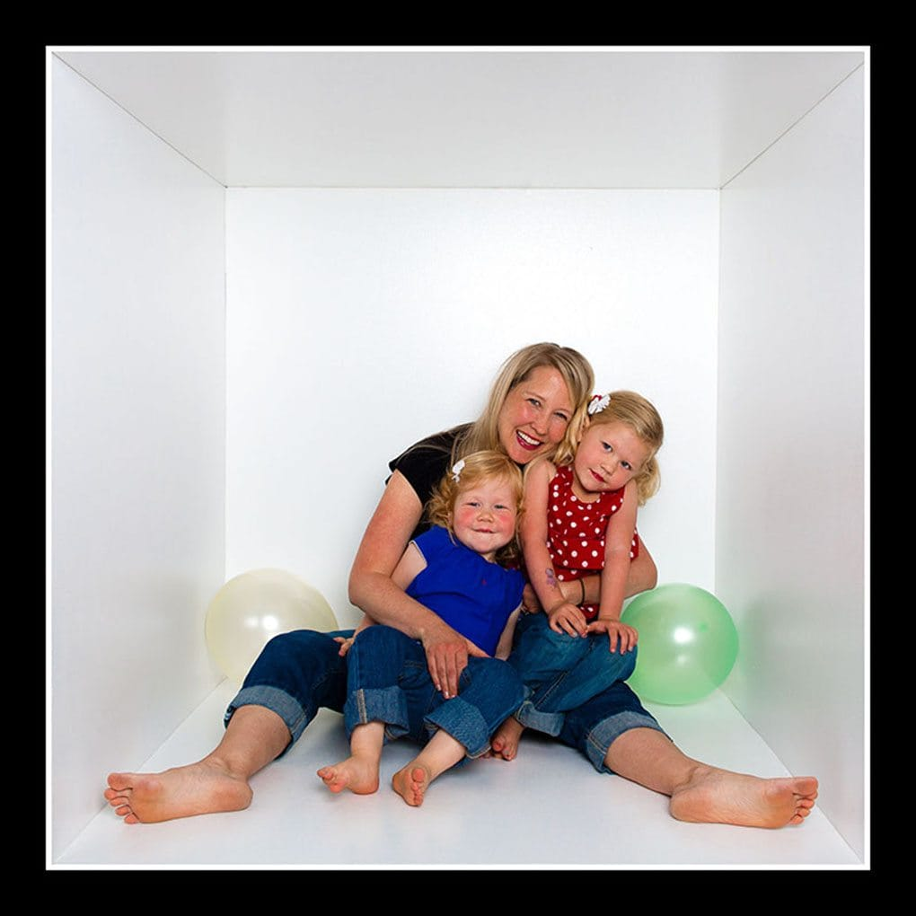 mom and girls in cube - Portraits Cubed